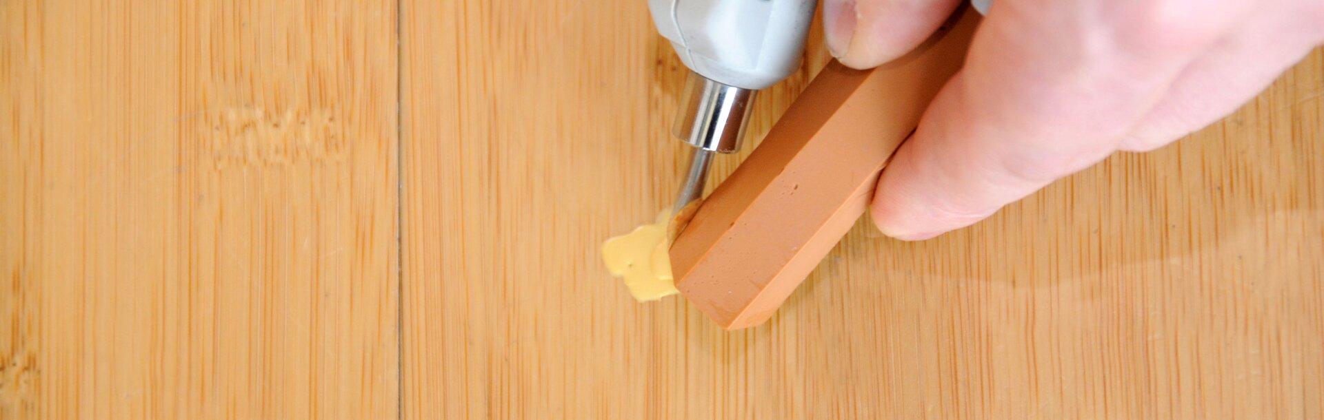 Come Sistemare Una Porta In Legno correggere i graffi profondi nel legno - adler vernici